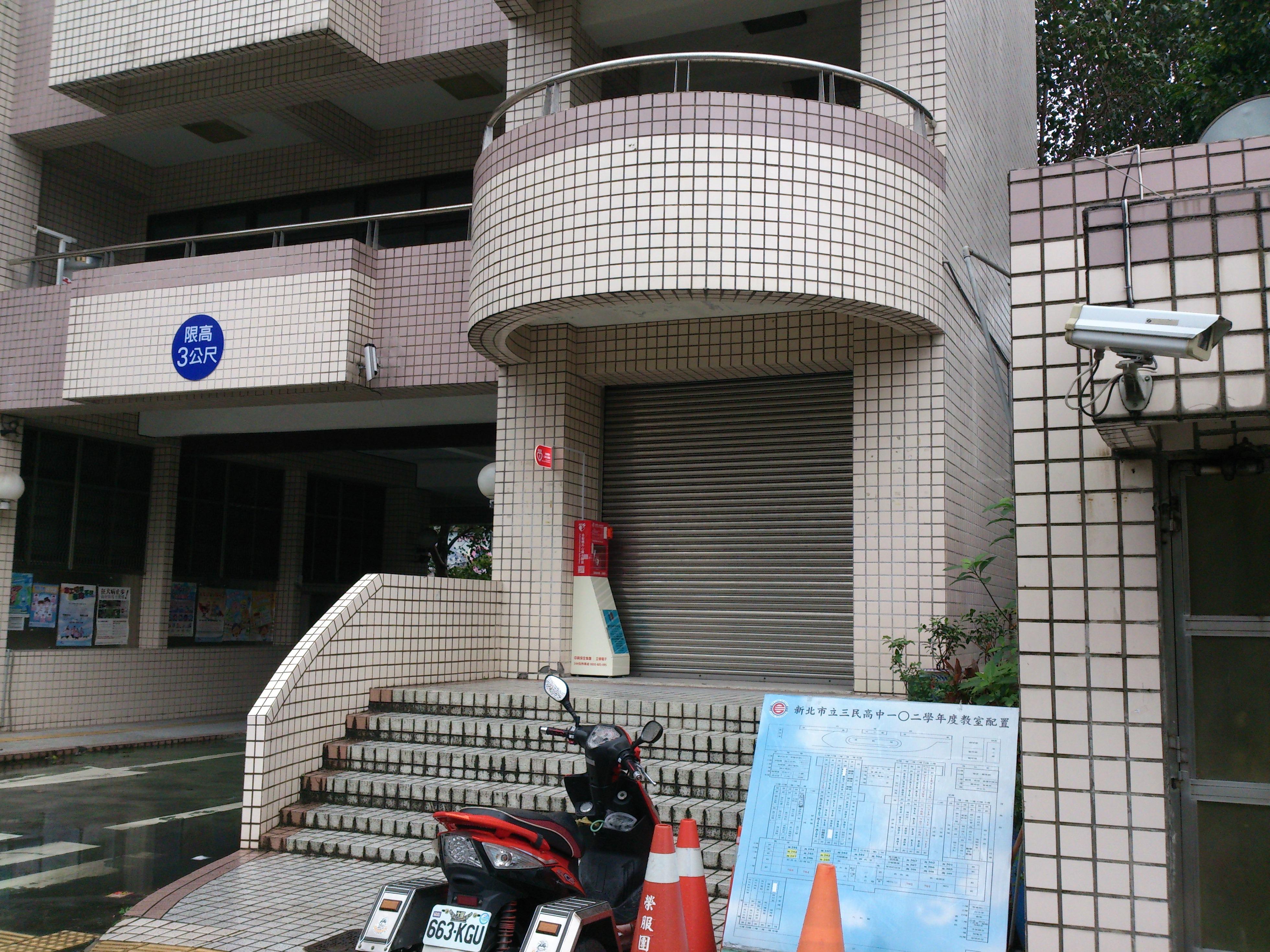 本校AED位置在警衛室旁